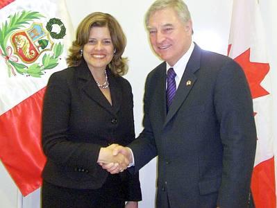 Ministra Araoz y David Emerson en la firma de TLC con Canadá