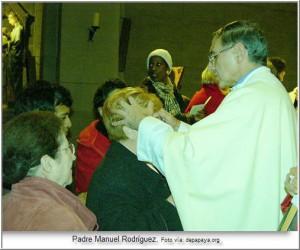 Padre Manuel Rodríguez impone sus manos en persona para sanar