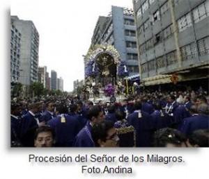 El Señor de los Milagros en Procesión con miles de fieles en Lima