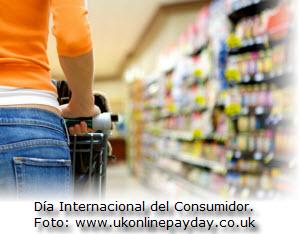 Mujer en supermercado en el Día Internacional del Consumidor