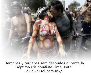 Hombres y mujeres semidesnudos bicicletearon por la avenida Arequipa.