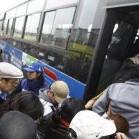 Trabajadores subiendo al bus Metropolitano de Lima