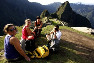 Un grupo de turistas posando para la foto frente a Machu Picchu - Fuente: Andina
