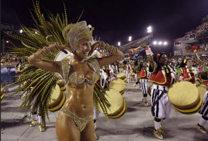 Garota disfrutando del Carnaval de Brasil