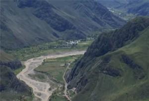 río entre las montañas Solimana y Coropuna
