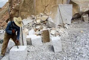 Trabajadore extrayendo sillar de las canteras de Arequipa