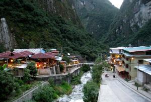 la actividad comercial de Aguas Calientes en Cusco