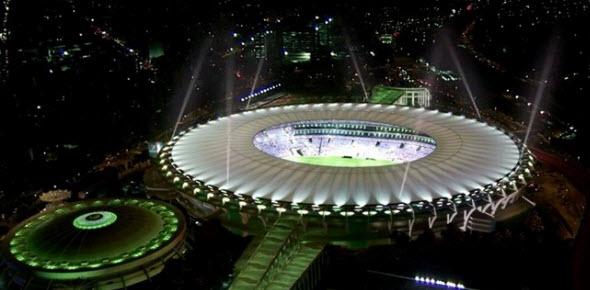 Foto nocturna del magnífico Estadio Maracaná en Río de Janeiro