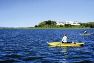 hotel sobre una isla del lago titicaca