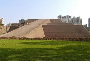la pirámide pre inca en San Isidro