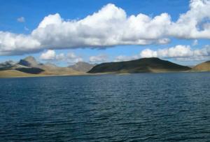 Laguna Marcapomacocha en la sierra peruana