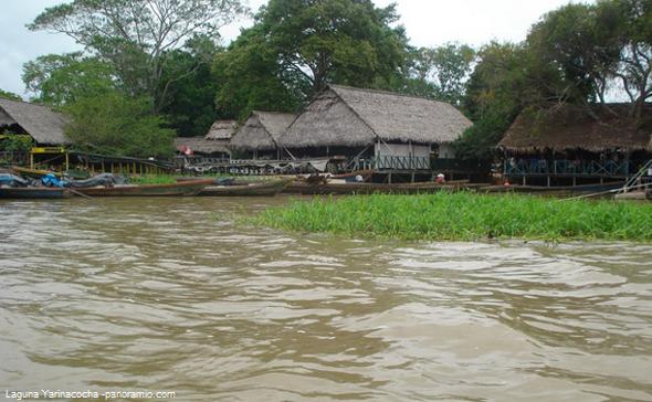nativos en laguna de Pucallpa