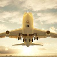 Foto de avión despegando de aeropuerto