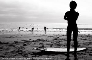 tablistas ingresando a la playa de la Costa Verde