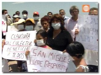 Colector y vecinos protestando