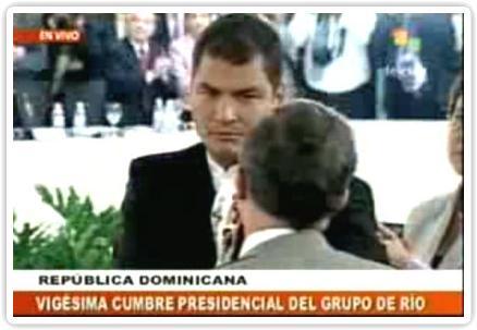 Abrazo presidentes Uribe y Correa en Grupo de Río
