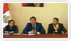 Alan García entrega cheque a municipalidades