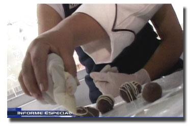 rosario pazos decorando chocolates