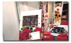 rosario pazos muestra productos de chocolates