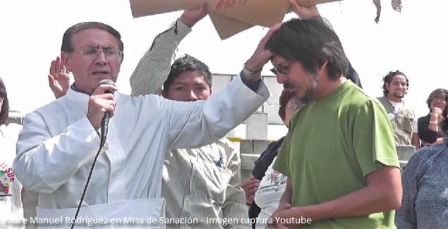 Imposición de las manos durante la Misa de Sanación del Padre Manuel Rodríguez
