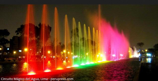 Fuentes de agua de noche en el Parque de las Aguas de Lima.