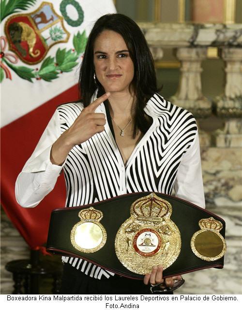 presidente-alan-garcia-participa-en-entrega-de-laureles-deportivos-a-la-boxeadora-kina-malpartida-foto-andina