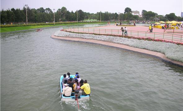 Laguna artificial del Parque de las Leyendas
