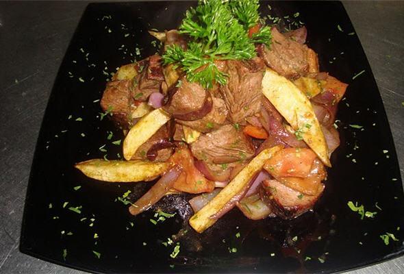 Disfruta de un delicioso Lomo Saltado - Cocina peruana