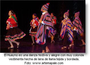 Imagen de danzantes de huayno cusqueño en el post sobre los mejores huaynos peruanos antiguos.