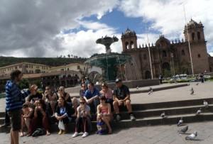 Turistas tomando un descanso en la Plaza de Armas de Cusco