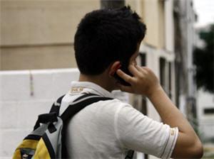 Adolescente usando celular