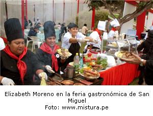 Elizabeth Moreno preparando Anticucho de Pota en feria de San Miguel