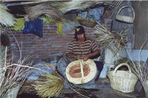 Trabajador en la Albufera de Medio Mundo en Lima