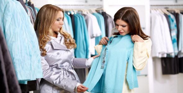 Dos mujeres comprando ropa en el Día Internacional del Consumidor