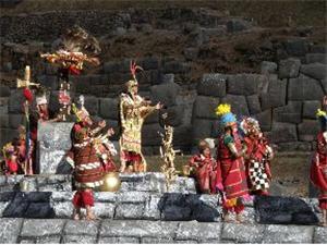 Foto de actores presentando el Inti Raymi, la Fiesta del Sol en el Cusco