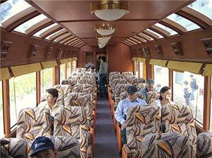 Interiores del coche turístico del tren a Huancayo