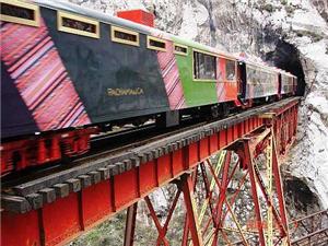 El tren a Huancayo cruzando largos túneles en los Andes del Perú