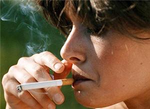 mujer fumando, tabaquismo, cigarro, enfermedad, cancer - noticias