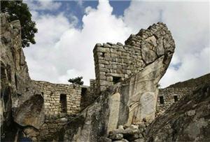 Cerámica Chimu cerca del templo el Condor en Machu Picchu