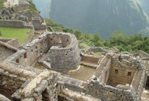 Murallas de rocas puestas con precisión en la construcción de Machu Picchu
