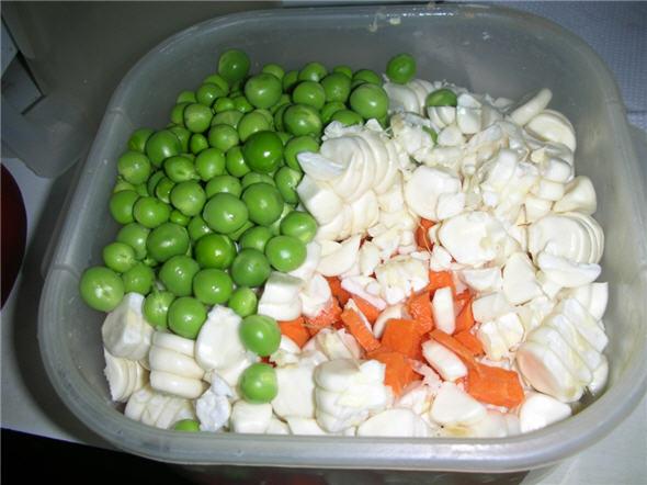 Verduras picadas para el aguadito de pavo: arvejas, chocos y zanahorias