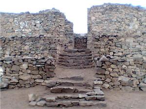 Muros y escaleras en la huaca El Paraíso