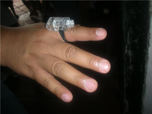 El pirata del Real Felipe también vende pequeñas linternas para el dedo