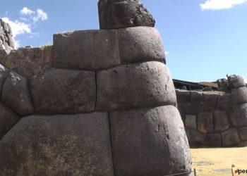 Vista de las rocas inmensas en las paredes de Sacsayhuaman en Cusco