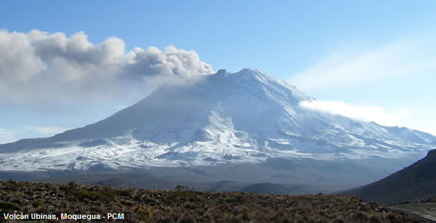Vista panorámica del volcán Ubinas humeante en Moquegua