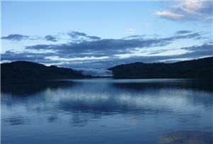 Vista de un atardecer de la Laguna de Pomacochas