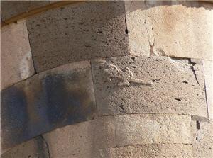 Imagen en alto relieve en la pared de una de las Chullpas de Sillustani en Puno
