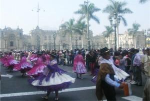 foto de pasacalles en la plaza mayor de lima