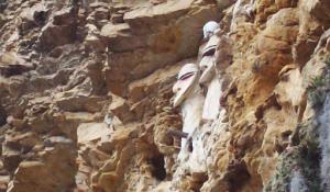 Vista de perfil de los Sarcófagos de Karajía