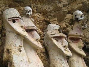 Vista de cerca de los sarcófagos de Karajía